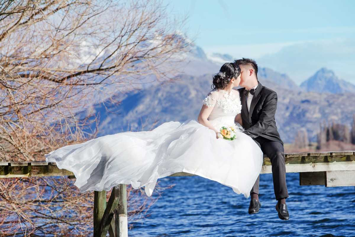 Queenstown Destination Wedding Planner: Couple Kiss