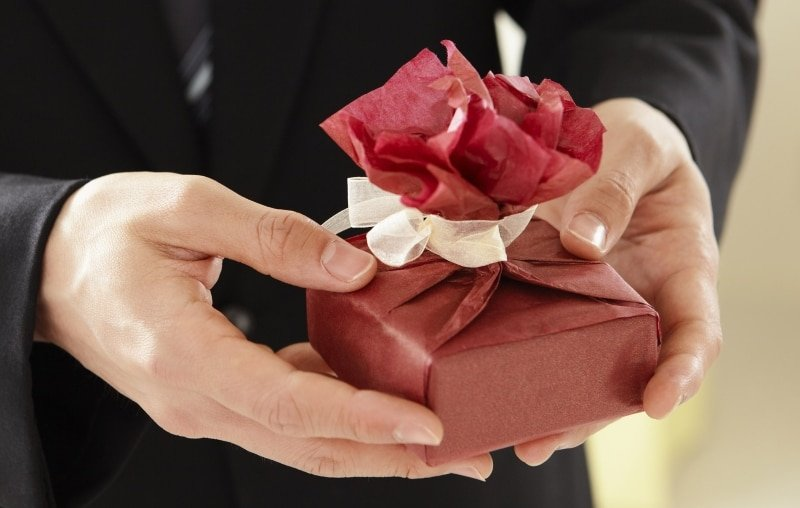 Wedding Gift Exchange Groom Give Gift To Bride Small Red Package