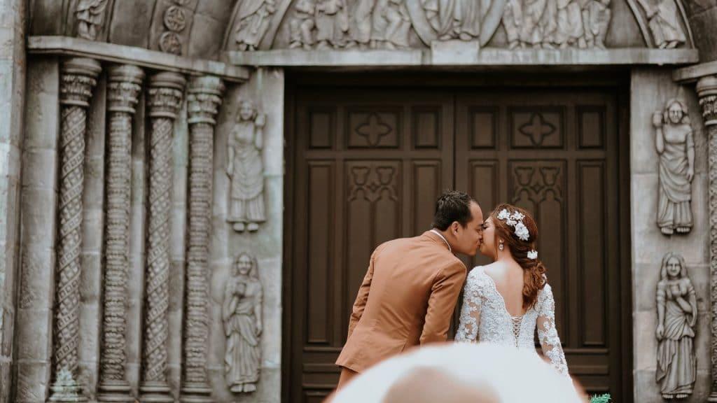 wedding supplier couple kiss outside